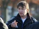 Trenér Augustin Chromý udílí pokyny olomouckým fotbalistům.