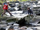 Řeka Doubrava má malý průtok, oproti normálu ji lze po kamenech překročit