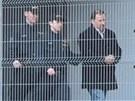 Policisté odvádějí Vladimíra Kotrouše.