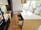Na hluboké plnovýsuvy, kam se vejde spousta nádobí, nedají majitelé dopustit.