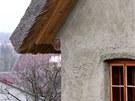 Střecha je z rákosu.