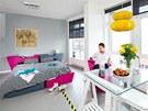 V malém bytě se výborně doplňují šedé tóny s bílou i s výraznými akcenty růžové