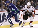 Milan Michálek (vpravo) z Ottawy v souboji s Ryanem Keslerem z Vancouveru.
