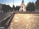 Most na ulici Komenského při povodních v roce 1997. Dvojice mostů bude