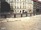 Most na Masarykově třídě při povodních v roce 1997. Dvojice mostů bude...