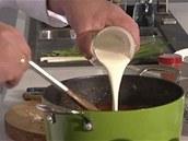 Na čtyři porce šéfkuchař použije dvě až tři deci smetany.