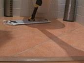 Jakmile vyčistíte spáry kartáčem, setřete podlahu navlhko mopem.