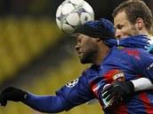 Vagner Love z domácího CSKA se snaží přehlavičkovat Davida Rozehnala, stopera Lille