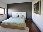 Majitel domu dodal svému bytu barevné akcenty, například v ložnici tapetu