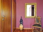 Výrazný barevný akcent – červený a ?alový nátěr stěn v předsíni. Zdroj: