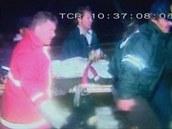 Záchranáři odnášejí cestující letu USAir 405