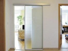 Původní plné dveře do obývacího pokoje nahradili majitelé posuvnými skleněnými