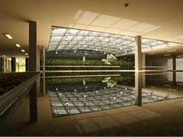 Do budovy vstupuje světlo i prosklenou střechou nad atriem..