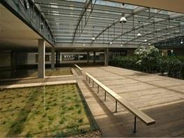 V budově je hodně zeleně, nechybí ani voda.