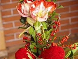 Vánoční kytice  - amarylis, ilex neboli cesmína a velké červené květy