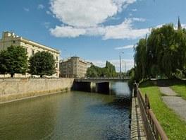 Současný pohled na koryto řeky Moravy v Olomouci z Blahoslavovy ulice u