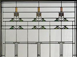 Frank Lloyd Wright také navrhl všechna okna, jde o vitráže z hliníku s různými