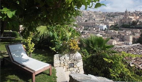 Výhledy na Modicu ze společné terasy na dvoře domu