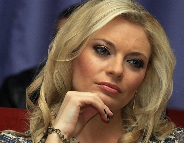 Prodlou�ené Televizní noviny uvád�la Lucie Borhyová s Reyem Korantengem.