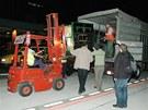 Nakládání Moji na letišti v Cabárcenu na nákladní vůz zahrady
