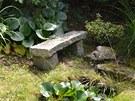 Podobných kamenných posezení najdete vcelé zahradě mnoho. Ukrytá jsou často...