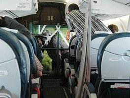 Aby se bedna s Mojou vešla do letadla, musel letišťní personál odmontovat