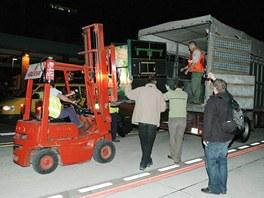 Nakládání Moji na letišti v Cabárcenun a nákladní vůz zahrady