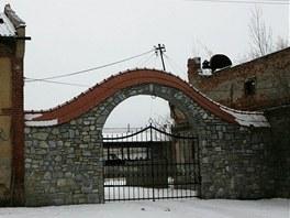 Brána do jatek v Mladějovicích na Olomoucku, do kterých v březnu 2010 vtrhla...