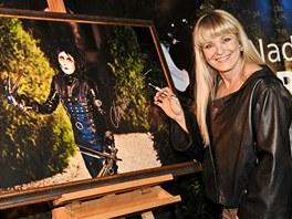Chantal Poullain podepisuje obraz, na němž je vyobrazena jako Střihoruký Edward