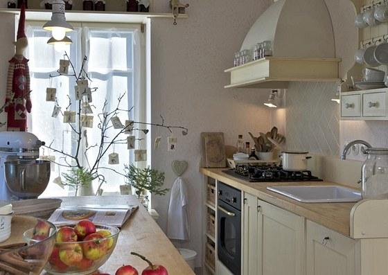 Vánoční výzdoba se nevyhnula ani kuchyni. Okno například dekoruje atypický