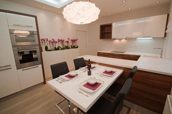 Přisazený stůl nabízí snadnou manipulaci s jídlem při stolování.