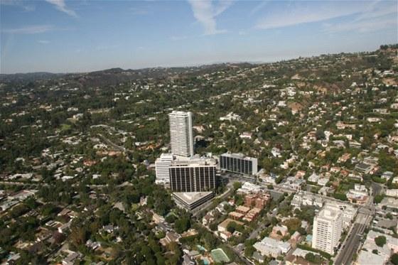 Výškový bytový dům Sierra Towers stojí na úpatí kopce Beverly Hills.