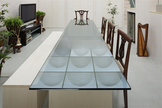 Hosaka do minimalisticky zařízeného interiéru navrhl unikátní jídelní stůl se