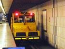 V noci po kolejích jezdí místo metra dieslové drezíny.