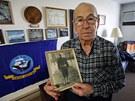 Clarence Pfundheller se svou starou fotografi� z roku 1939 (29. listopadu 2011)
