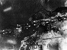 Letecký pohled na útok na Pearl Harbor, jak ho vyfotili z japonského letadla (7. prosince 1941)
