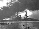 Hořící americká loď USS Nevada po japonském útoku na Pearl Harbor (7. prosince 1941)