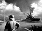 Pohled na loď USS California po japonském útoku na Pearl Harbor (7. prosince 1941)