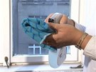 Mycí protředek si naneste na mikrovláknovou utěrku nebo použijte celulózovou