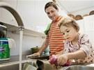 Nebojte se do úklidu zapojit děti. Co se v mládí naučí... A vám se investovaný