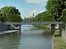 Takto má po přestavbě vypadat most v Komenského ulici i s nově vybudovanou náplavkou. Pohled z levého břehu proti proudu.
