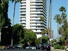 Luxusní výšková budova Sierra Towers stojí na hranici měst West Hollywood a