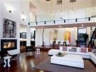 Stropy v hlavní dvoupatrové místnosti s jídelnou jsou vysoké devět metrů.