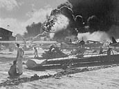 Ameri�t� voj�ci sleduj� zk�zu na vojensk� z�kladn� Pearl Harbor po �toku japonsk�ch letadel (7. prosince 2011)