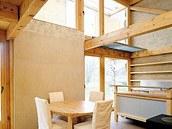 Interiér Domu v kožichu (2003) - experimentální slaměný dům u Mladé Boleslavi;