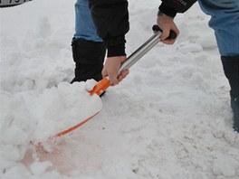 Lehká lopata na sníh MIL TEC stojí 490 korun.