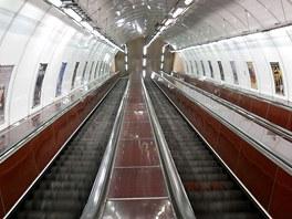 Eskalátory jedou i přes noc, vozí zaměstnance, kteří stanici uklízí nebo