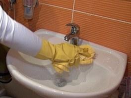 Vyčištěné umyvadlo otírejte vlhkou utěrkou, dokud se úplně nevymyjí použité