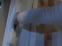 Pomocí rozmýváku čisticí přípravek nanesete na okna a pořádně napěníte.