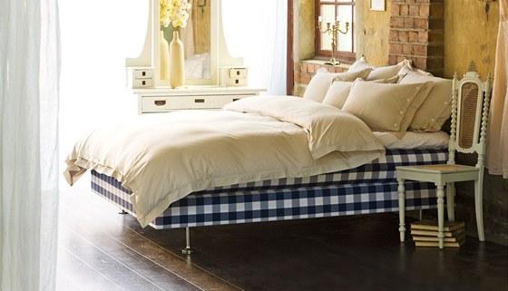 Kontinentální verze postele Hästens má dvě pružinové matrace a řadu vrstev z
